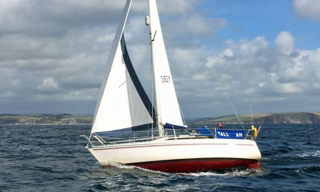 A Jeanneau Attalia 32 at hull speed